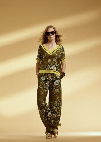 Blusa y pantalón de satén estampado con patentes de punto